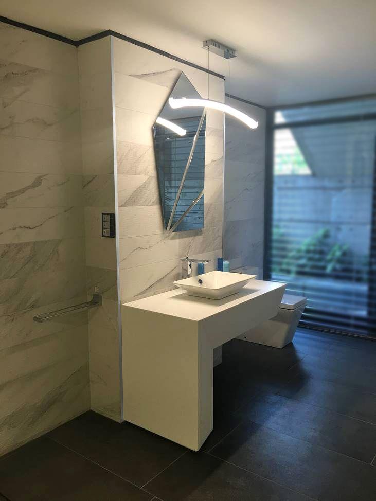 Cuarto de baño vanguardista con terminaciones cuadradas enmarcan los ...