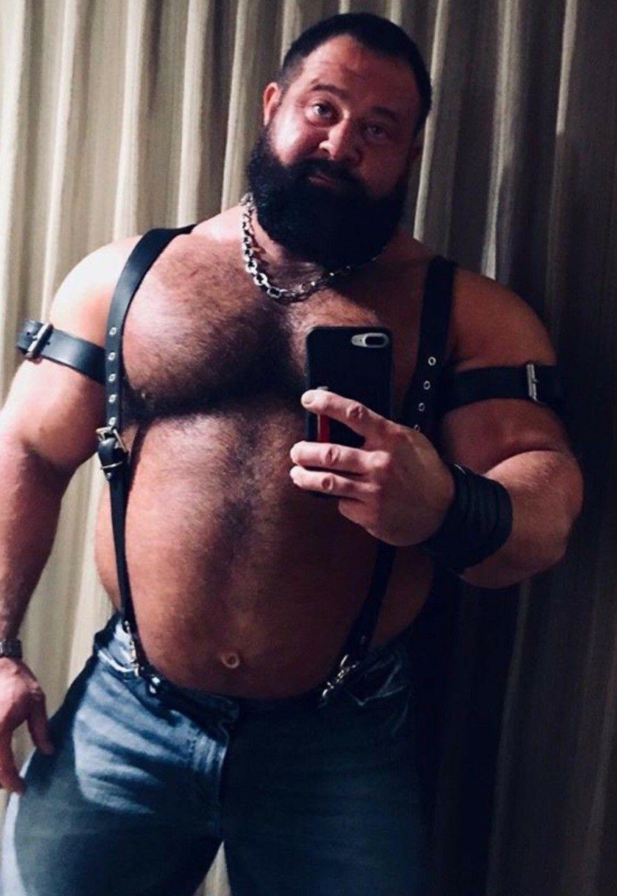 Muscular gays get to sucking