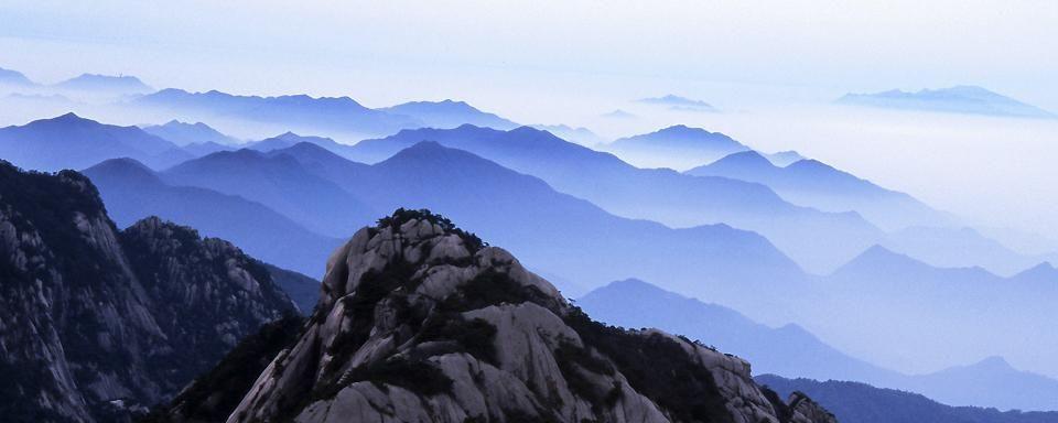 Huangshan, la Montagne Jaune en Chine. Cette chaîne montagneuse est réputée pour ses paysages à couper le souffle, entre les pics rocheux et des bonsaïs naturels, immortalisés depuis plusieurs siècles sur de nombreuses gravures anciennes - #easyvoyage #easyvoyageurs #clubeasyvoyage #terresdevoyages #travel #traveler #traveling #travellovers #voyage #voyageur #holiday #tourism #tourisme #evasion #shanghai #chine #nature #huangshan