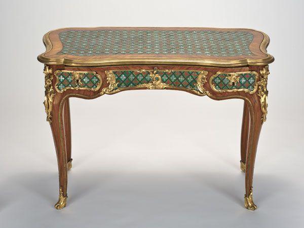 """Table à écrire Bernard II Vanrisamburgh dit """"BVRB"""" (1696-1766) Bâti de chêne et bois fruitier, côtés et fond en noyer, et une tirette en chêne, placage de bois de rose, marqueterie sur la ceinture et le plateau de treillage et fleurettes, alternativement en nacre et en corne teintée rouge, sur fond de corne verte, bronze doré ; Paris, vers 1745-1749 H. 70,5 ; L. 99 ; P. 52 cm © The Fine Arts Museum of San Francisco"""