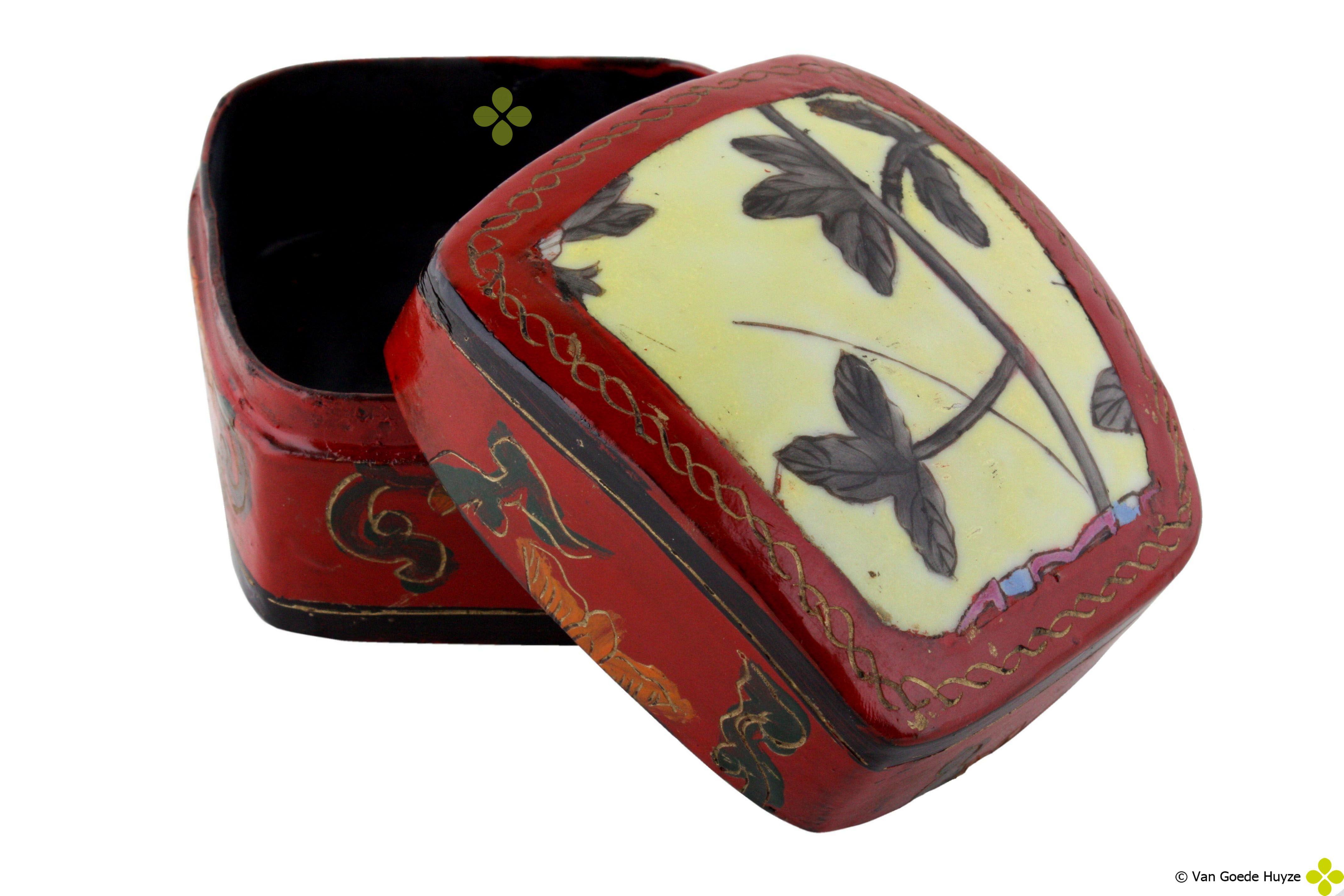Mooi chinees doosje met porceleinen dekseltje....