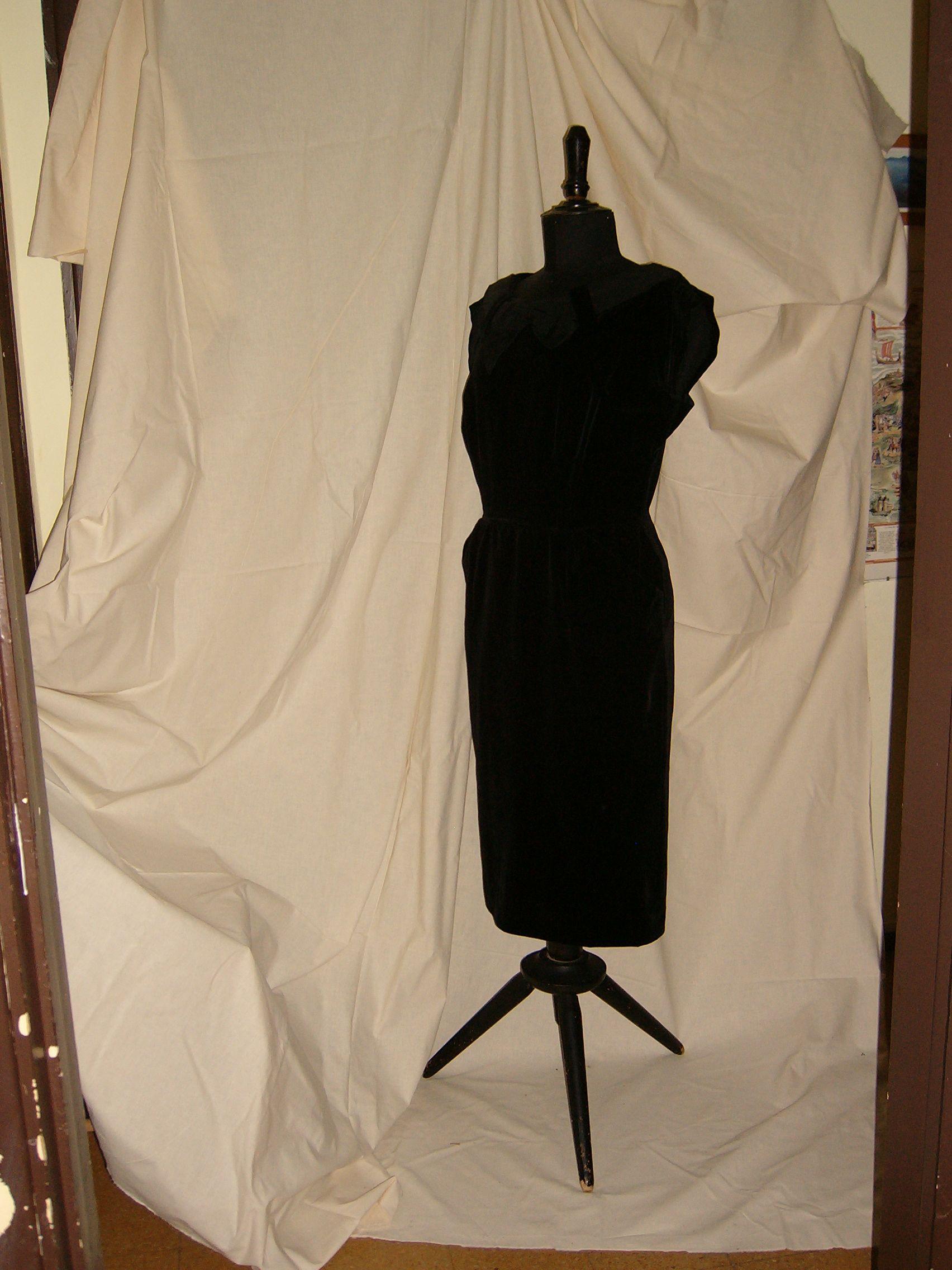 Evening dress in black velvet abito da sera in velluto nero