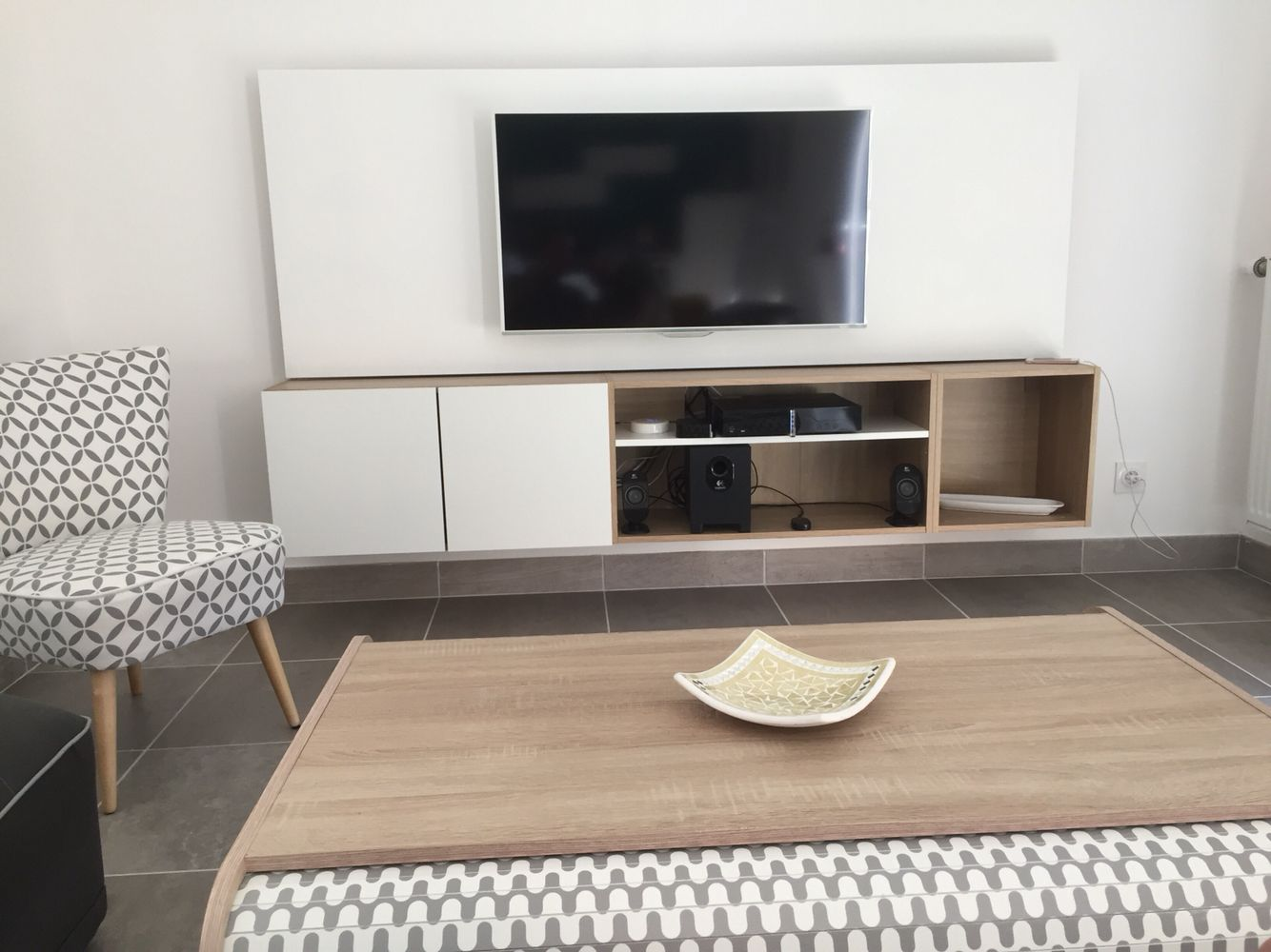 meuble tv suspendu avec panneau mdf peint en blanc caisson. Black Bedroom Furniture Sets. Home Design Ideas