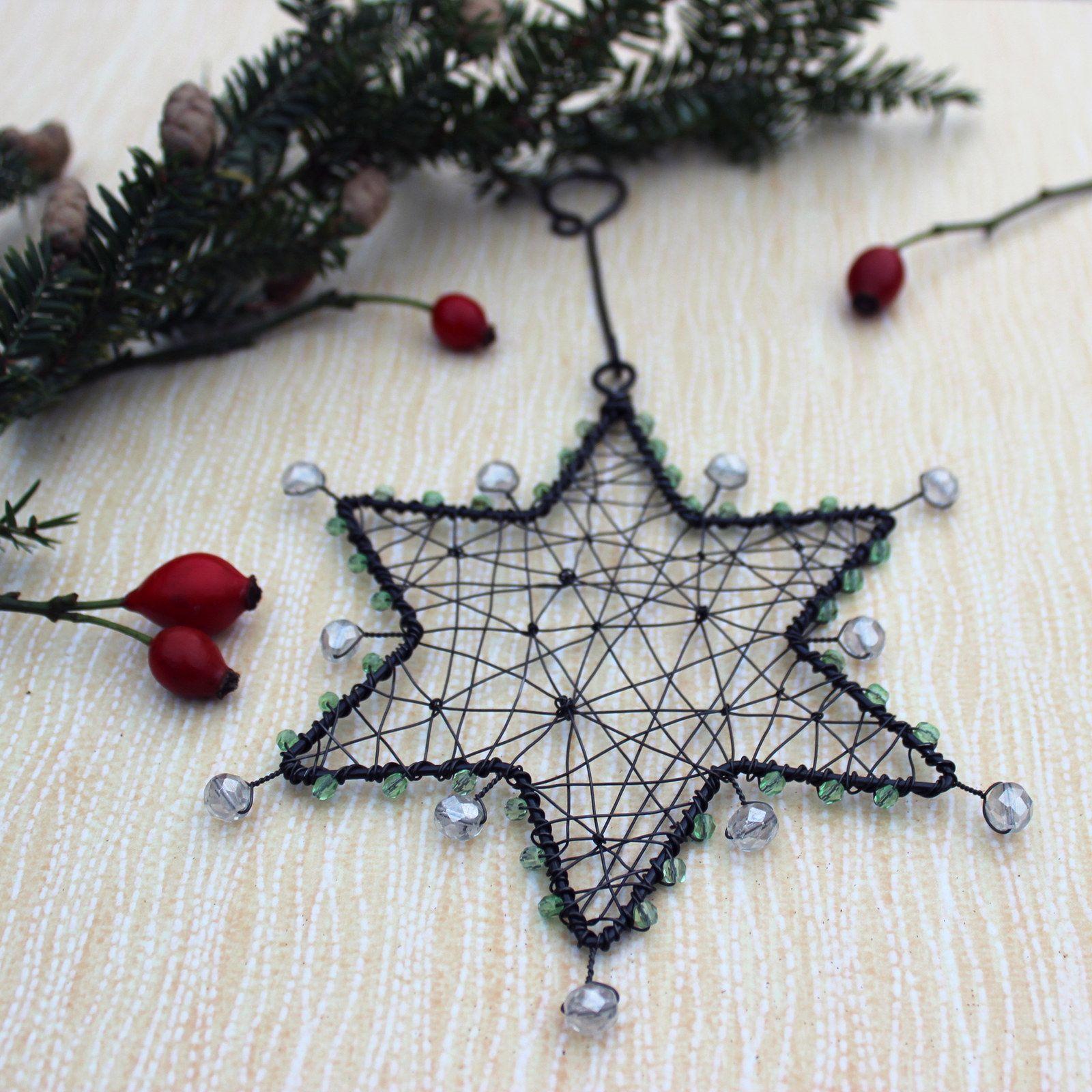 Vánoční hvězda zelená Vánoční hvězda v zelené barvě podle mého vlastního návrhu. Hvězda je vyrobena z černého, železného drátu a dozdobena je zelenými a čirými ohňovkami. Vánoční hvězda se dá pověsit do okna, na zeď, na skříň, na stromek nebo všude tam kde Vám bude dělat radost. Hvězda je velká 16 cm. A celková délka je závěsu je 24 cm. Železný drát je ...
