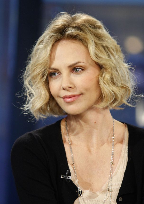 makeup hair ideas charlize theron et son carr boucl makeup hair ideas pinterest. Black Bedroom Furniture Sets. Home Design Ideas