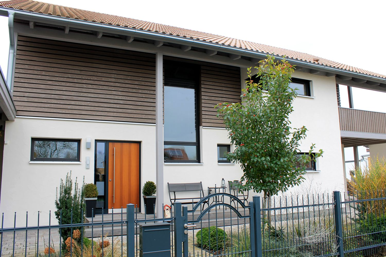 einfamilienhaus modern holzhaus satteldach holzfassade modern fenster eckfenster balkon aus holz. Black Bedroom Furniture Sets. Home Design Ideas