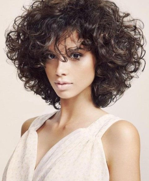 20 Moyen Coupes De Cheveux En Couches Cheveux bouclés