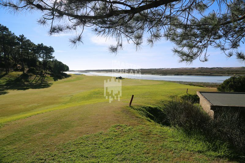 Os campos de golfe algarvios estão inseridos em paisagens deslumbrantes. / The algarve golf courses are located in stunning sceneries.