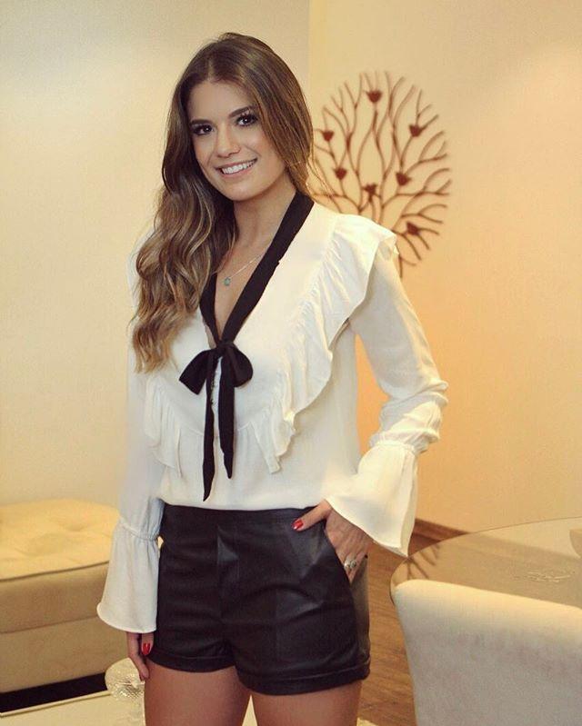 P B  coolhitoficial ♥ 😍  Camisa de laço preta e branca com shortinho de  couro preto! Aquela combinação que nunca tem erro ♥ - Blog Trend Alert ... 3ffa0b7a99f29