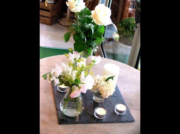 Ensemble centre de table : ardoise, vases fleuris et bougies ...