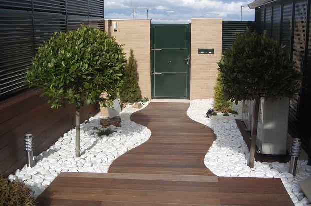Decoraci n de jardines con piedras blancas para m s for Camino de piedras para jardin