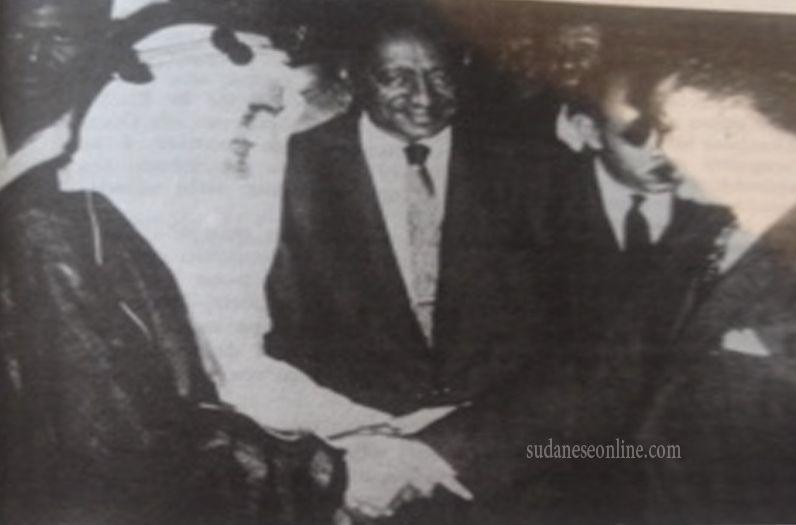صورة للملك فيصل مع الرئيس جمال عبدالناصر ويتوسطهم محمد أحمد المحجوب رئيس مجلس الوزراء