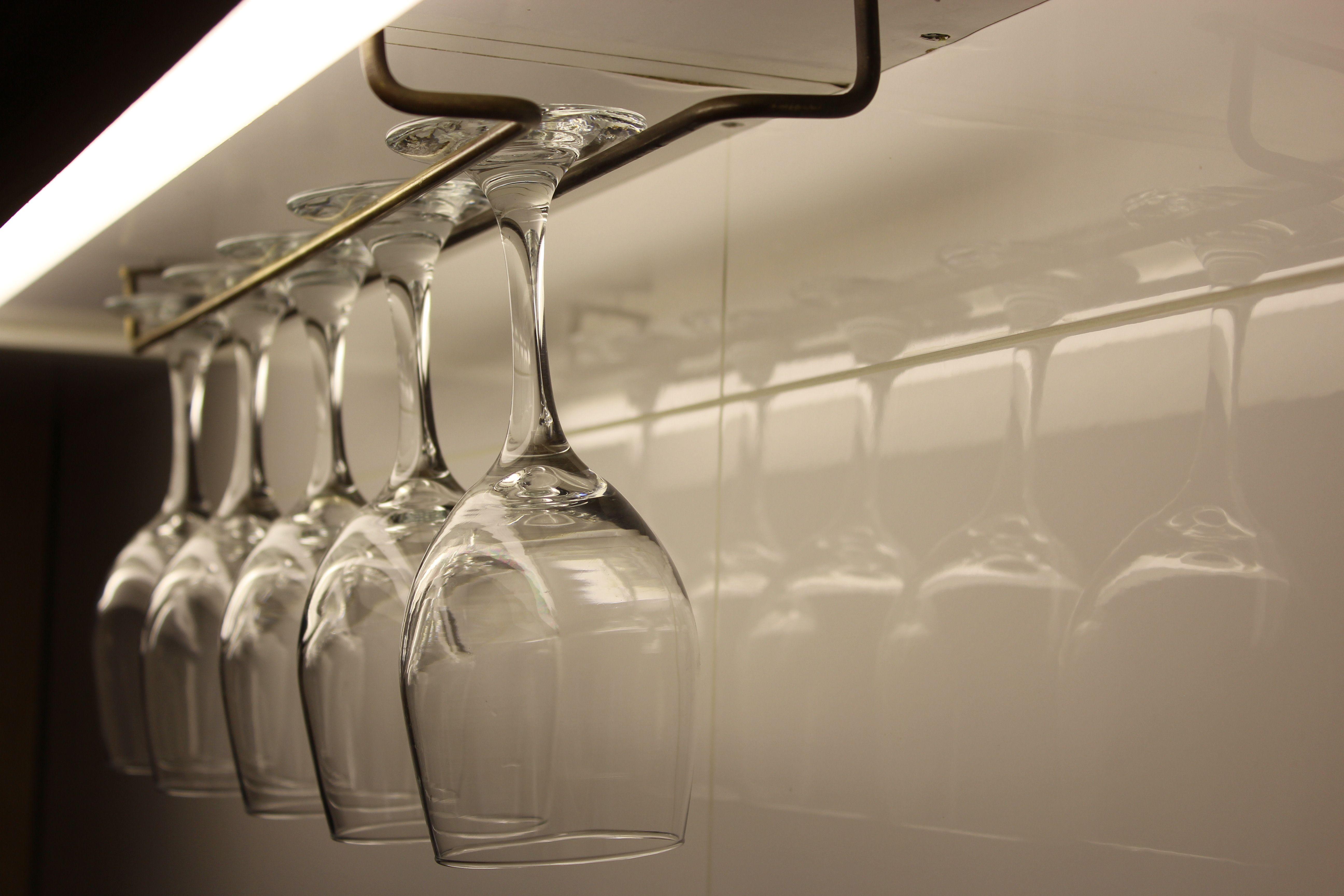Colgador De Copas En Bronce Organiza Tu Cocina Con Estilo Www Melper Cl Clothes Hanger Hanger Home