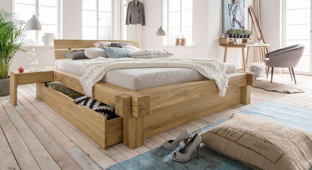 Holzbett rustikal  Stauraumbett aus naturbelassenem Massivholz. #bett #balkenbett ...