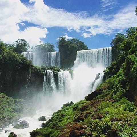 Happy Wednesday! How about an escape to Iguazu Falls on the Argentinean side? Amazing pic by traveling.bee #beautifullatinamerica   ¡Feliz miércoles! ¿Qué tal un escape a las Cataratas de Iguazú, del lado argentino? #latinoamericahermosa