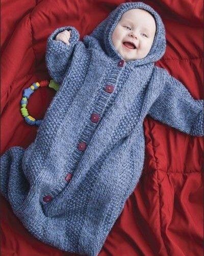 Finalzinho de tarde com um bebê fofura por aqui....ai que delicinha vontade de morder todinho...e sem falar nessa roupinha/saco de dormir mais quentinha do mundo todo!!!!! Hora de pôr as vovós para tricotar...kkkk... para os babys ficarem bemm quentinhos e protegidos nesse inverno! #inverno #bebêsfofos #bebêsquentinhos #sacodedormirparabebês #roupinhadedormirparabebê #tricot #ideiasparatricotar #babytricot #vovóemação