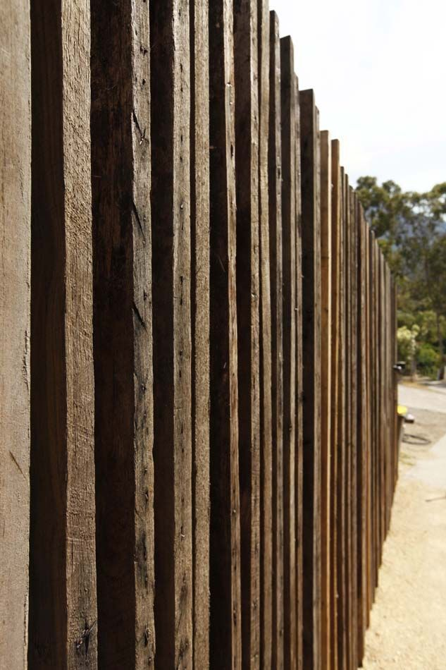 Vertical timber wall as sinuous ribbon but randomly for Vertical garden privacy screen