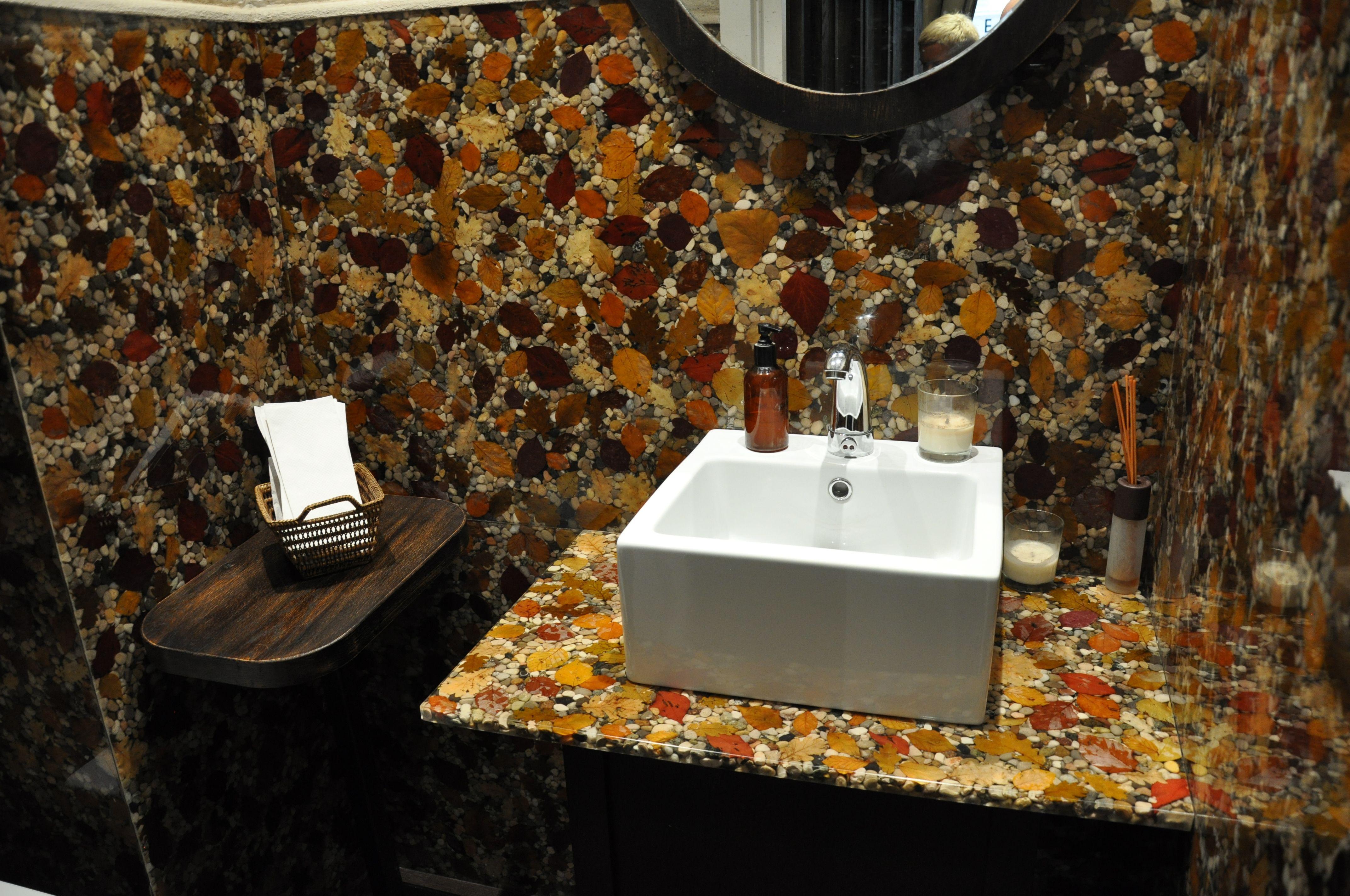 Rivestimento di un bagno costituito da pannelli di resina epossidica trasparente che inglobano - Rivestimento bagno resina ...