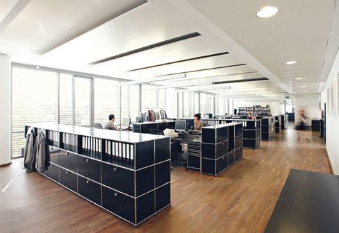 USM Haller Großraumbüro; USM Haller Teamarbeitsplatz mit Raumteilern ...