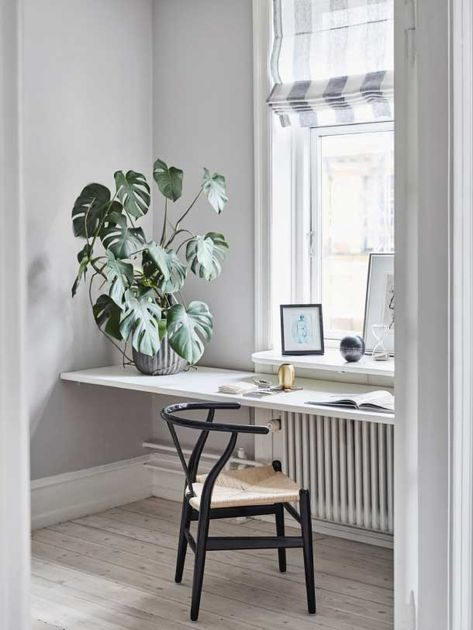 Arbeitsplatz Arbeitszimmer Altbauwohnung Skandinavisch Modern  Minimalistisch Schlicht Reduziert Monochrom Weiß Zimmerpflanze Monstera  Wishbone Chair Wegner ...