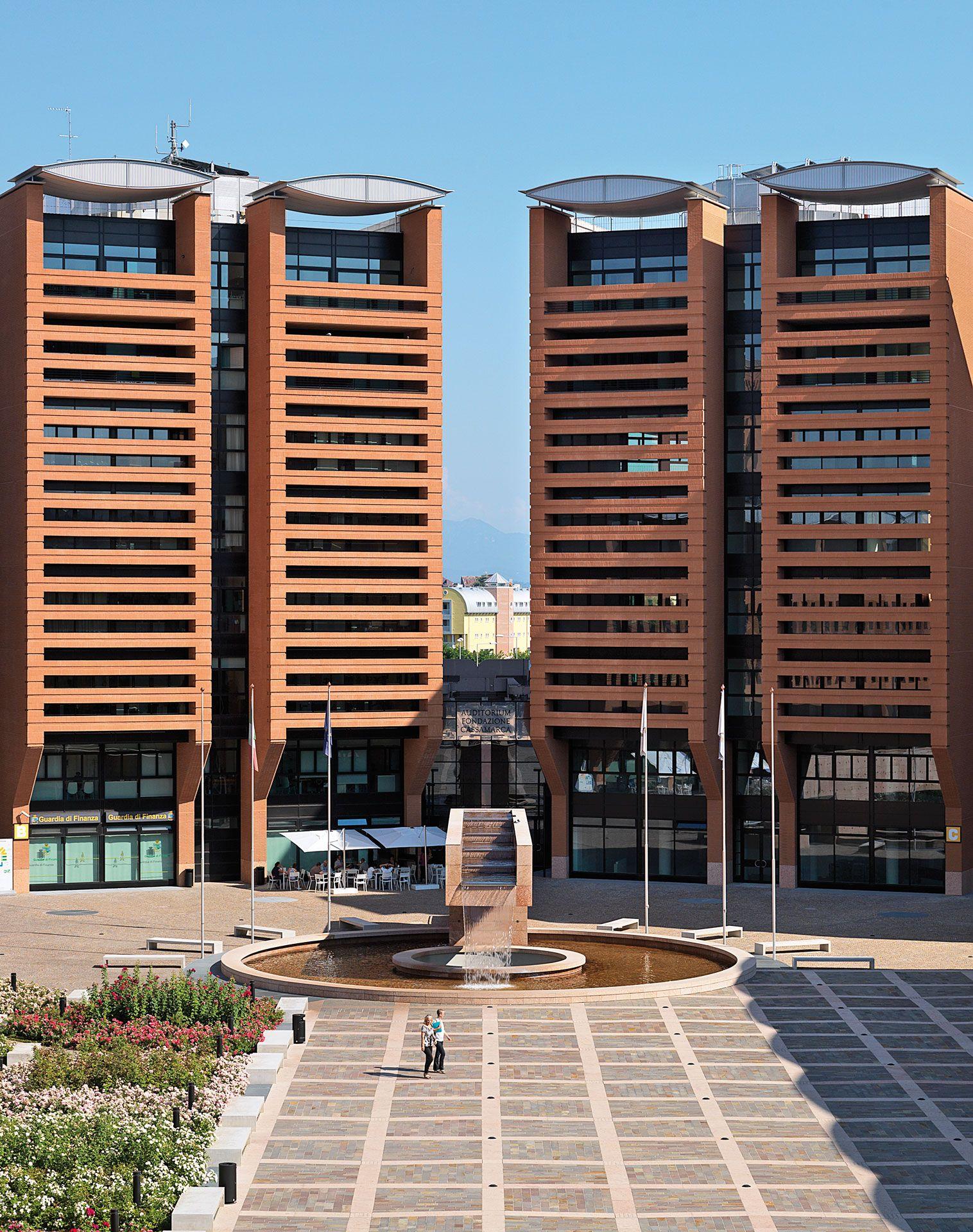 Attraverso un'imponente operazione di progettazione urbana,M ario Botta ha «firmato», con il suo usuale stile vigoroso e chiaramente riconoscibile, un intero quartiere di Treviso, re-inventando una vivacecittadella dei servizi laddove prima sorgeva l'ampio vuoto urbanodell'area industriale dismessa «Ceramiche Appiani».L'intervento,  che si inserisce nel fitto tessuto novecentesco