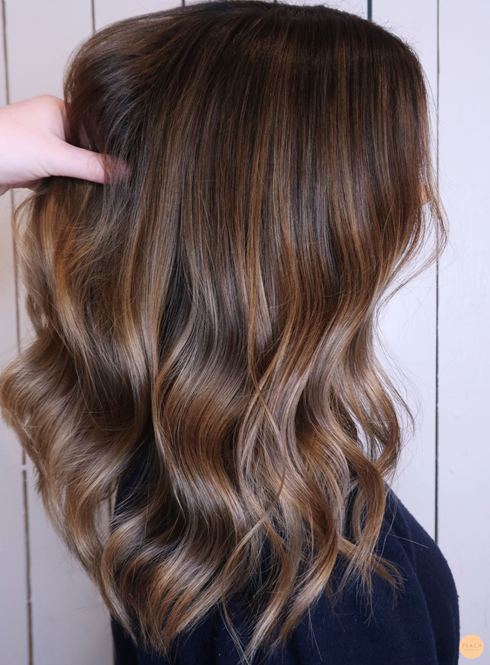 snygga slingor i mörkt hår