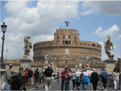 castel sant angelo  Castel Sant Angelo on alunperin rakennettu keisari Hadrianuksen mausoleumiksi. Sittemmin rakennus on toiminut linnoituksena ja paavin residenssinä. Nykyään Castel Sant Angelo toimii museona.