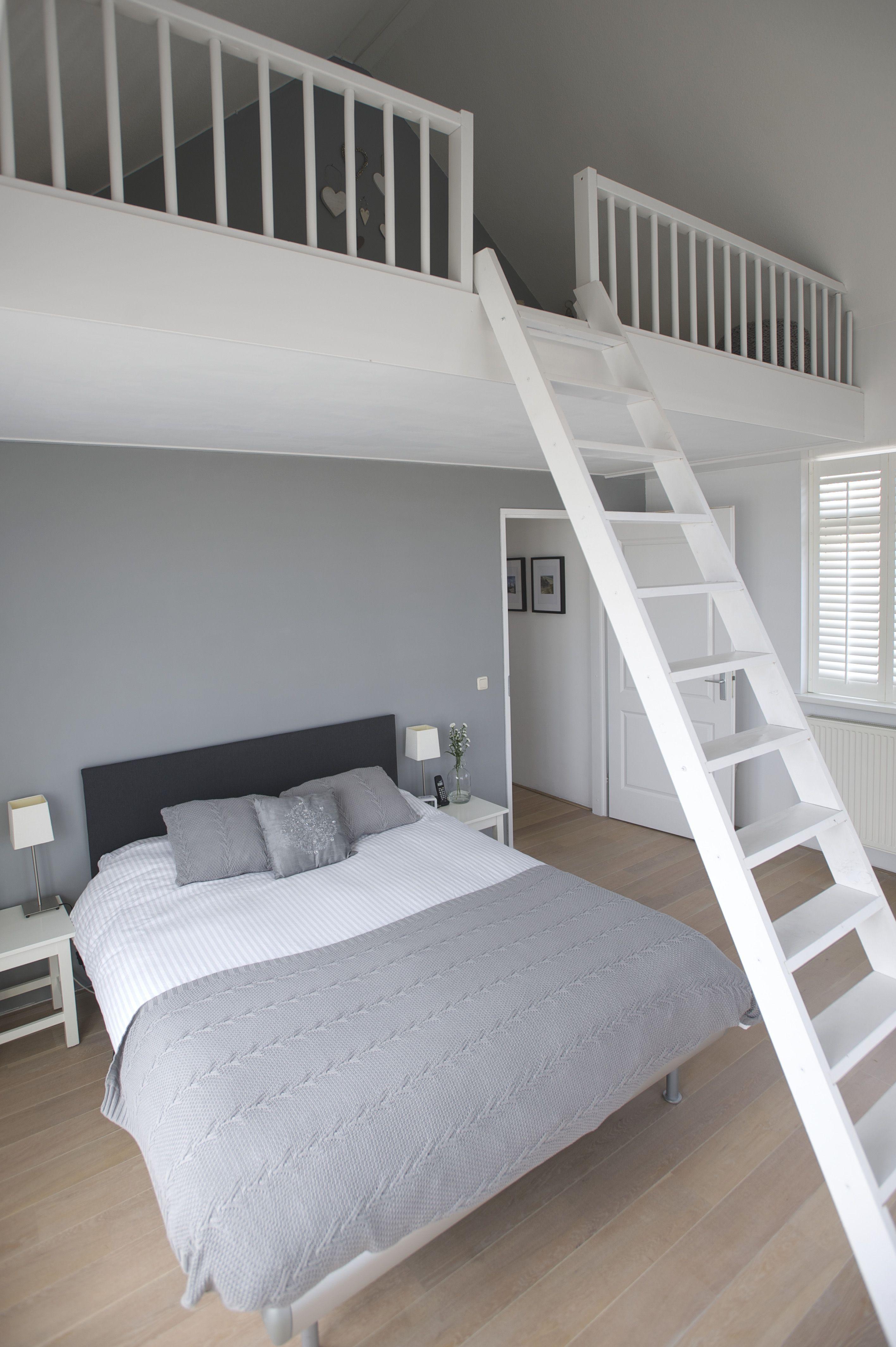 Masterbedroom met vide, eiken vloer in de witte olie, Frans balkon ...
