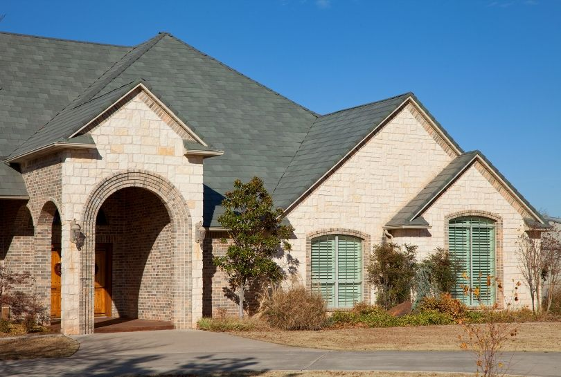 Selecting Roof Colors To Complement Brick Or Stone Exteriors Roof Colors Fibreglass Roof Exterior Stone