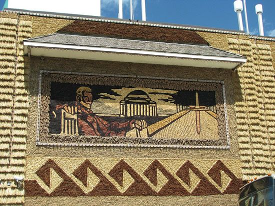The Corn Used Is Especially Grown For This Task Using A Variety Of Seeds To Produce Different Colors Corn Palace Tourist Attraction