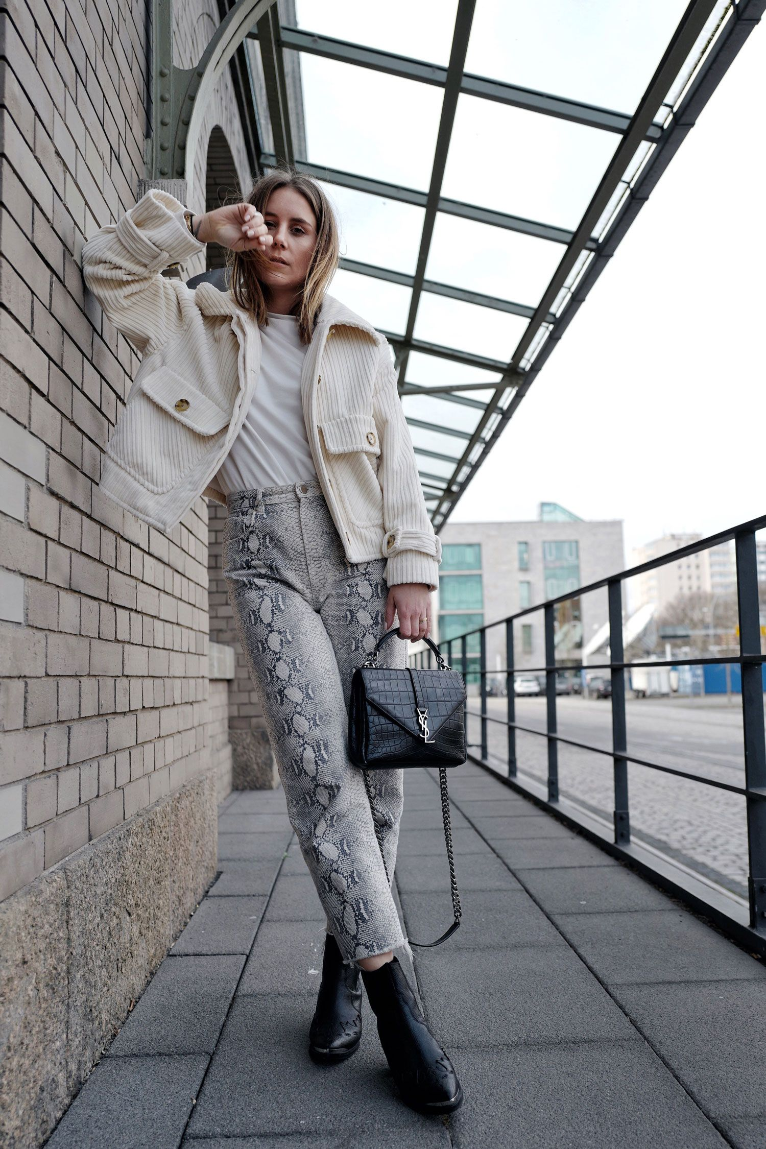 MBFW Outfit Streetstyle Cord und Schlangenprint