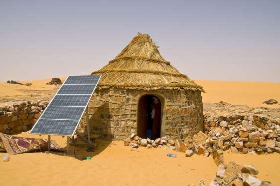 Une maison traditionnelle munie du0027un panneau solaire dans le désert