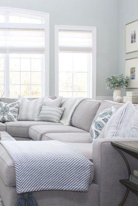 Projecteur de designer: Jess Weeth – Arianna Belle  Designer Spotlight – Jess Weeth | Arianna Belle Blog | click for more photos and a Q+A with the designer | coastal casual living room with grey sectional sofa soft blue walls and a mix of patterned decorative pillows #sofapillowsideas #sectionalpillowsarrangement - Mobilier de Salon
