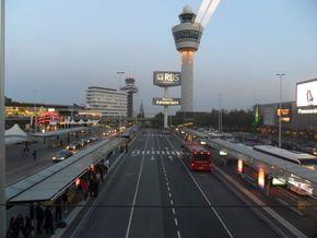 Afbeelding van http://wiki.ovinnederland.nl/w/images/thumb/7/7f/Schiphol_Bus.JPG/290px-Schiphol_Bus.JPG.