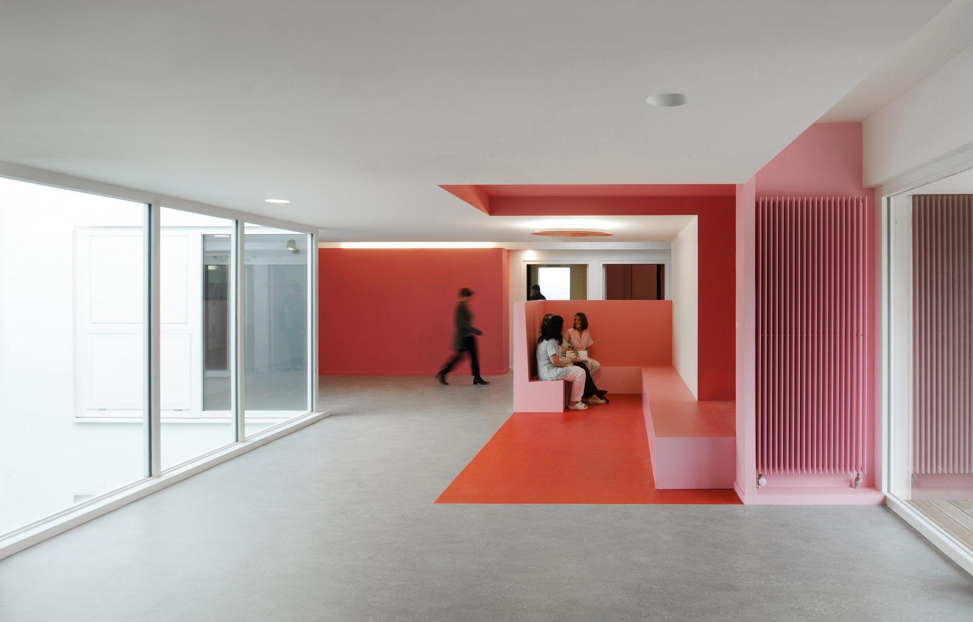 Pflegeheim innenarchitektur burgunder rosé  seniorenheim von dominique coulon  projekt mit