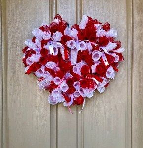 Photo of How to Make a Rolled Deco Mesh Wreath – Weekends in the Loft