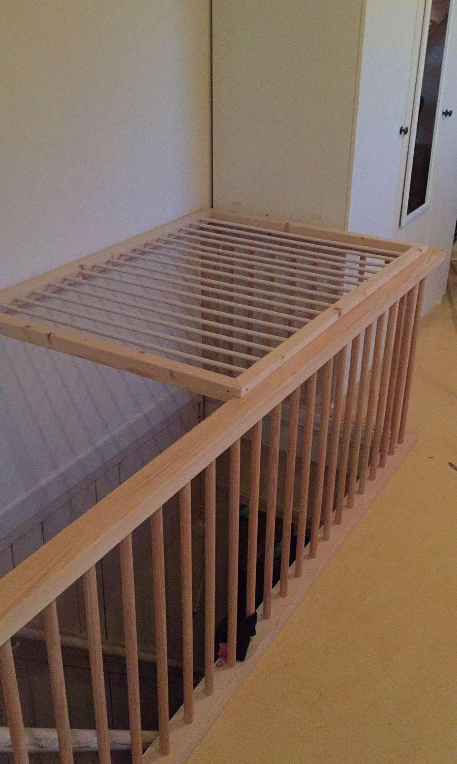 Onze buren hebben een wasrekje op maat boven de trap naar for Trap naar boven