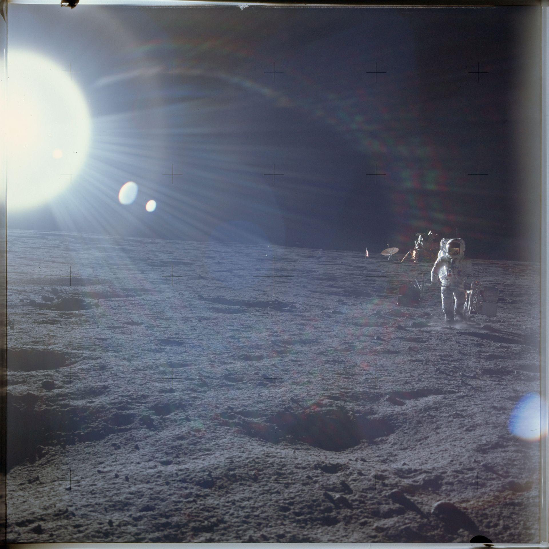 El piloto del módulo lunar Alan L. Bean realizando experimentos científicos durante la misión Apolo 12 , el 19 de noviembre de, 1969 (Reuters)