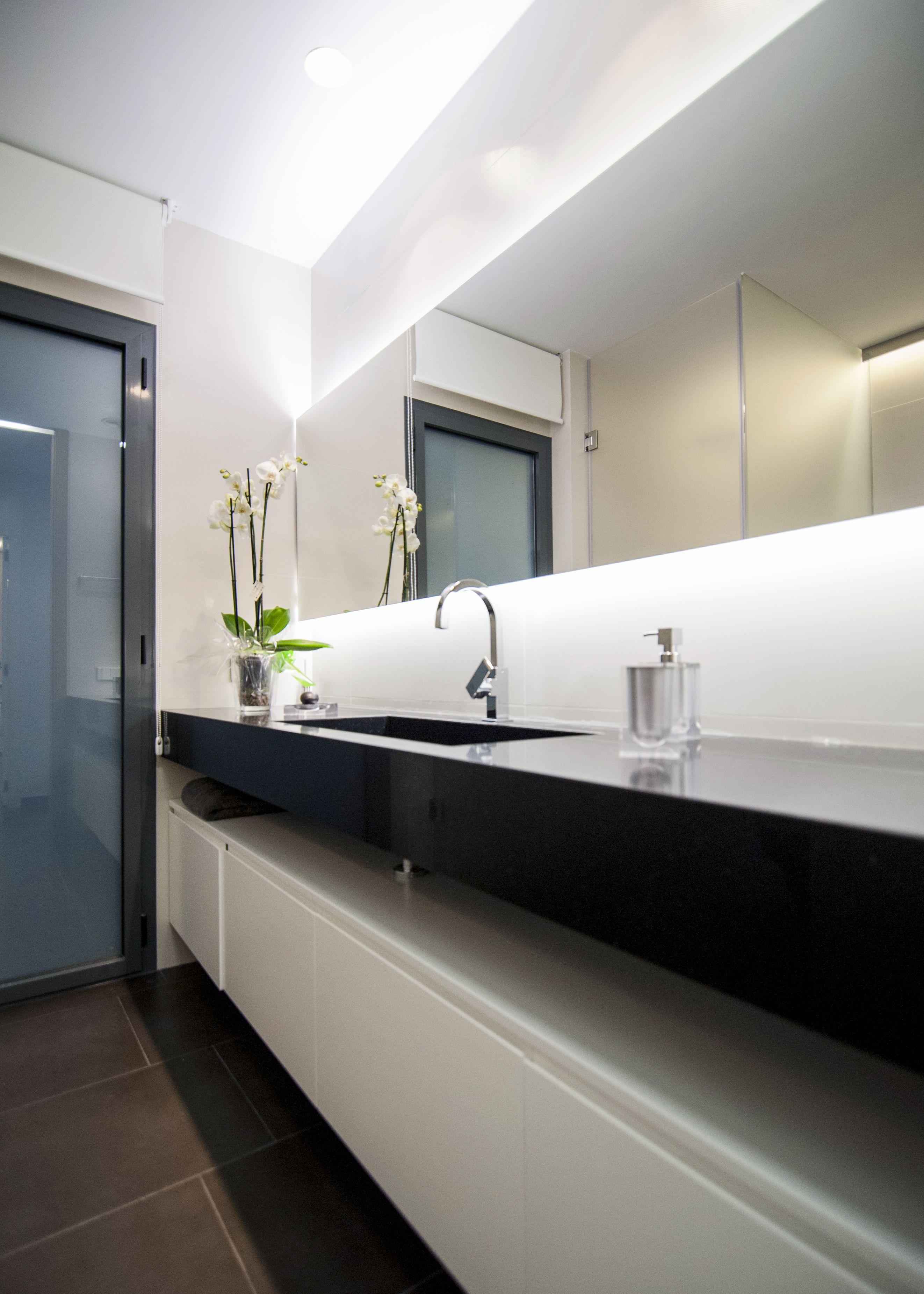 Este proyecto de arquitectura cuenta con un baño de diseño en tonos ...