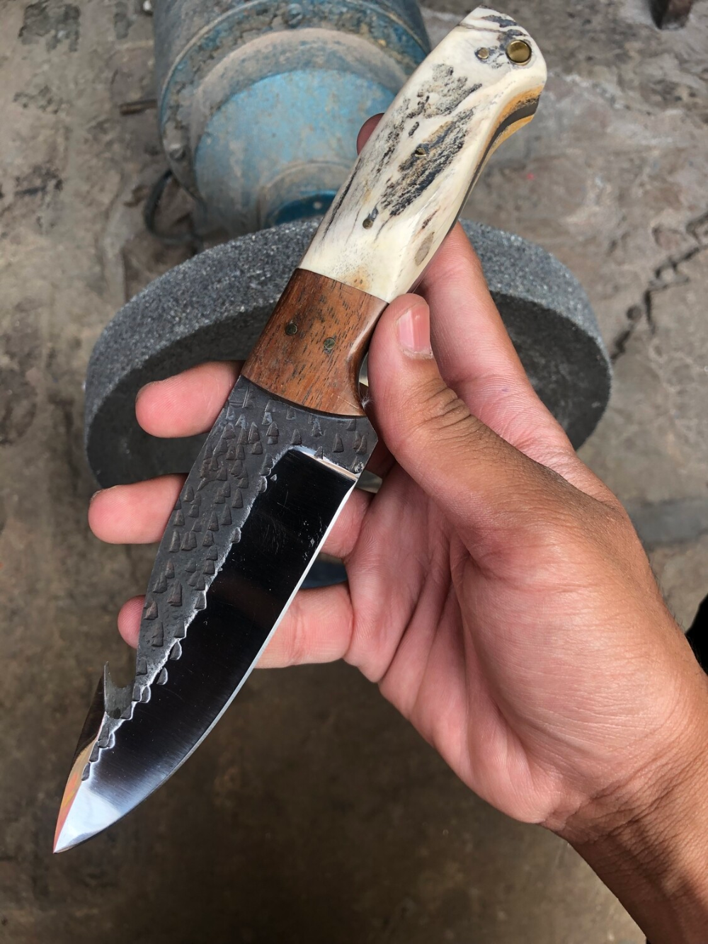 Handmade Gut Hook Skinning Knife With Stag Horn Handle In 2020 Skinning Knife Knife Leather Sheath