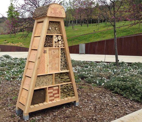 visitem l 39 hotel d 39 insectes pol linitzadors al jard bot nic de barcelona joc exterior. Black Bedroom Furniture Sets. Home Design Ideas