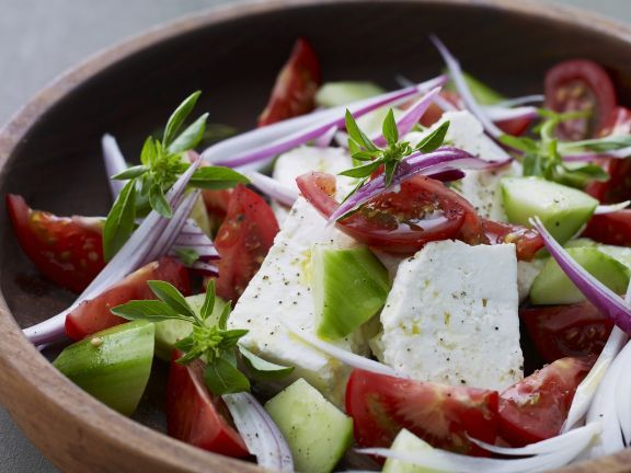 Tomaten-Schafskäse-Salat mit Gurken ist ein Rezept mit frischen Zutaten aus der Kategorie Fruchtgemüse. Probieren Sie dieses und weitere Rezepte von EAT SMARTER!