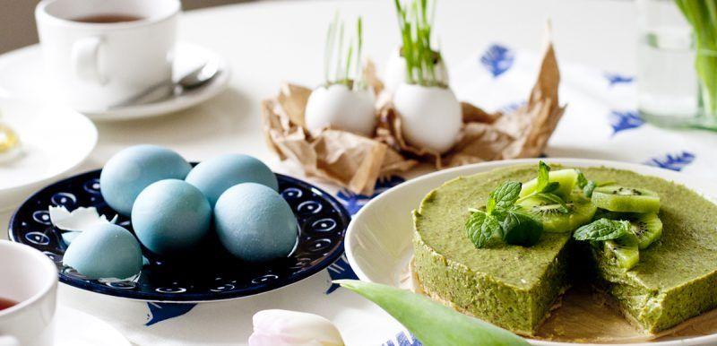Pääsiäisenä leikitellään väreillä ja kuvioilla. Värjää munia ja taio uniikki keittiöpyyhe kangasväreillä.