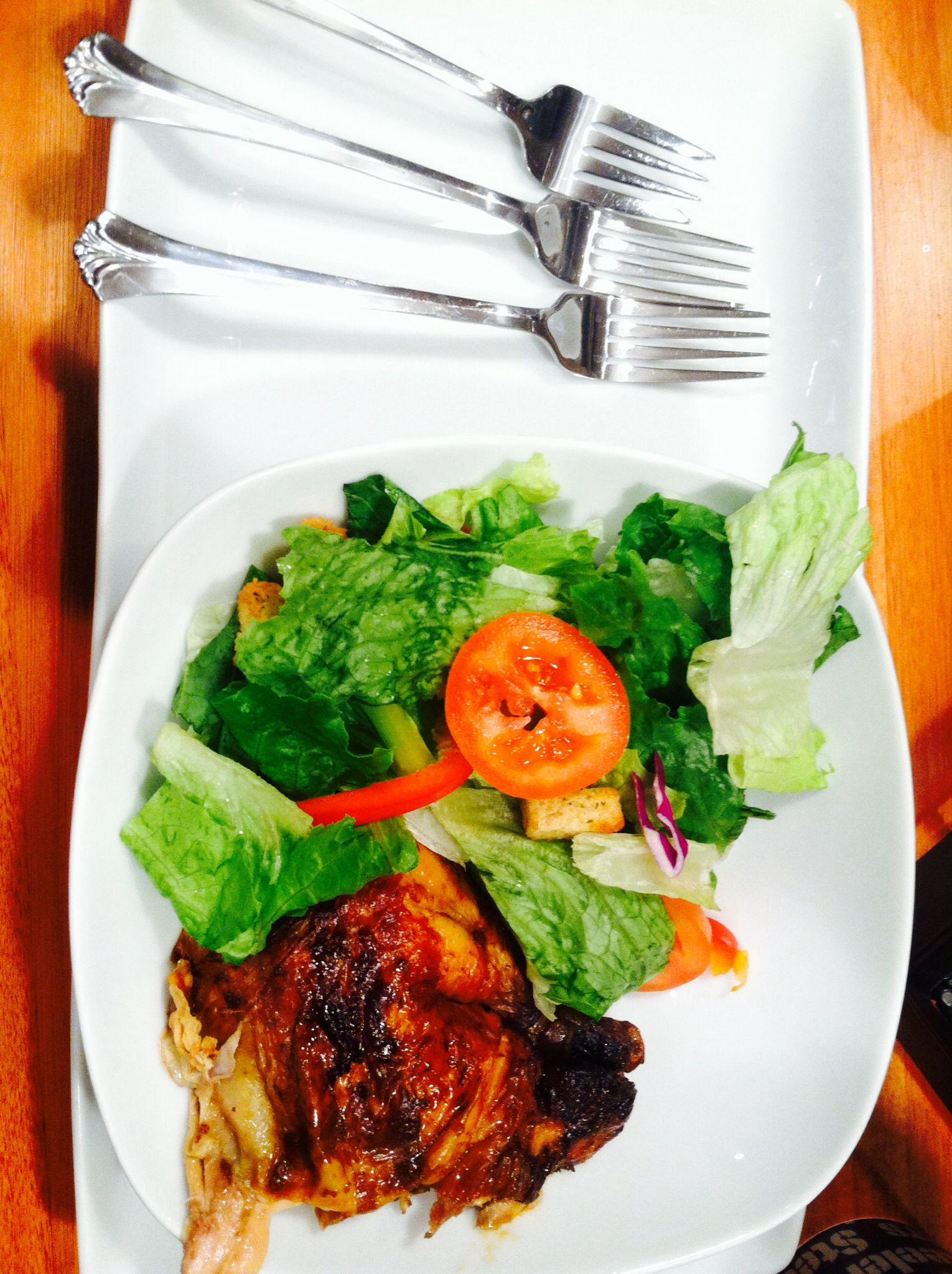 I'm in a salad mood so let's make a tasty one! Romain lettuce Sliced tomato Green or black olives Sliced red peppers Croutons  Low fat vinaigrette dressing Rotisary chicken from shop rite Optional: boiled egg slices & salt n' peppa!