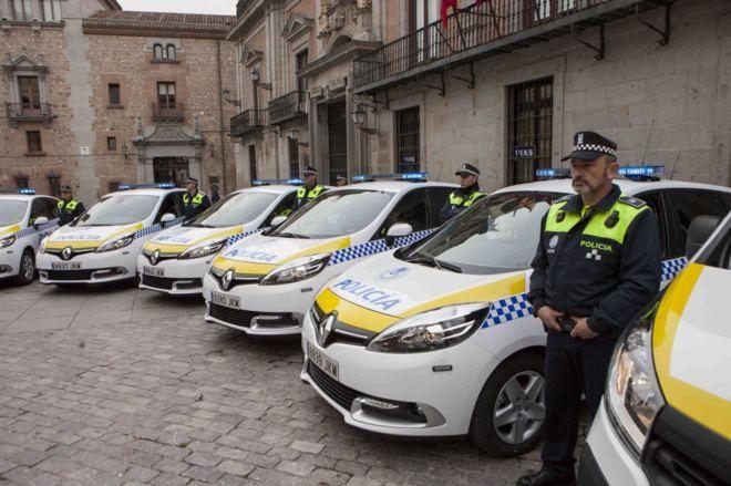 Así Son Los Nuevos Coches De La Policía Municipal De Madrid Con Franjas Amarillas Y Sin La Bandera De España Policía Bandera España Bandera