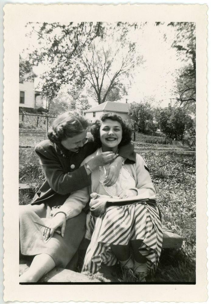 1949 Photo Iowa Audubon High School Teen Girls Laughing Buttercup Under Chin