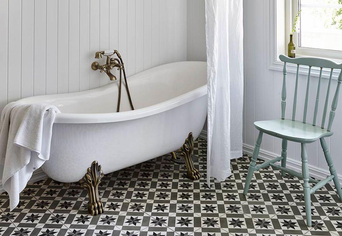 LISE DRØMTE OM DET GODE LIV PÅ LANDET: På dette badet er det fristende å være leeenge! Flisene er kjøpt i Sverige og badekaret er fra Westerberg. Badet fremstår som en vakker, nostalgisk drøm med nøye utvalgte detaljer. Detaljer som blandebatteriet fra Hafa gjør den landlige stilen komplett   BoligPluss