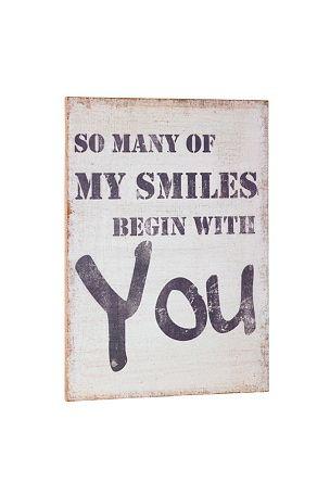 """Snygg tavla i canvas i serien Industri från Kids Concept.<br>En vit tavla med svart text """"So many of my smiles begin with you"""". Tavlan har ett slitet utseende som tillför en mysig känsla. En riktigt snygg inredningsdetalj till barnrummet, passar utmärkt ihop med andra produkter från serien Industri.<br><br>Mått: 50 cm bred och  70 cm hög. <br>Material: Canvas/trä<br>"""