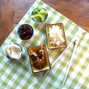 Deze kindvriendelijke rijsttafel zet je in een uurtje op tafel! Lekker met saté, zoete babi ketjap en zoetzure komkommer. Extra leuk met eetstokjes voor kinderen! Recept op http://dekinderkookshop.nl/recipe-items/rijsttafel/