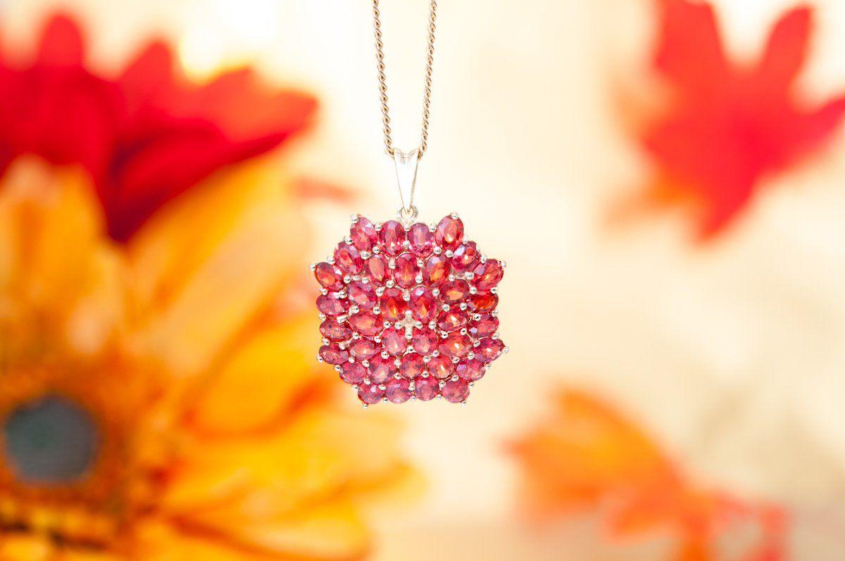 Grâce à Juwelo, je me pare des plus belles couleurs de l'automne avec ce magnifique pendentif serti de Rubis!